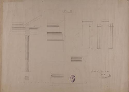 Detalles de la columna, podio y verja de una biblioteca