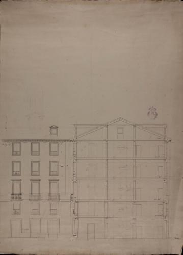 Apuntes del alzado de la fachada y sección de unas casas en Vitoria