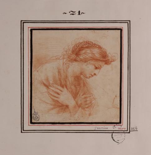 Estudio de mujer inclinada de pefil hacia la derecha con las manos sobre el pecho