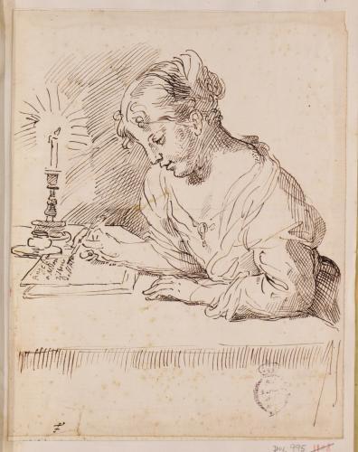 Estudio de joven sentada escribiendo a la luz de una vela