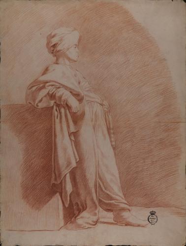 Estudio de joven de pie de perfil apoyado sobre un basamento, vestido a la oriental
