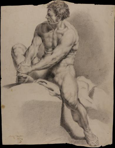 Estudio de modelo masculino desnudo sentado sujetándose una pierna con las manos