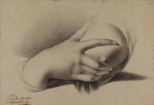 Estudio de mano derecha femenina apretándose suavemente el seno izquierdo