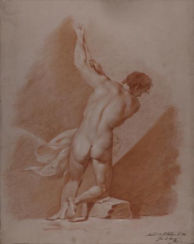 Estudio de modelo masculino desnudo semiarrodillado agarrando con los dos brazos a una cuerda