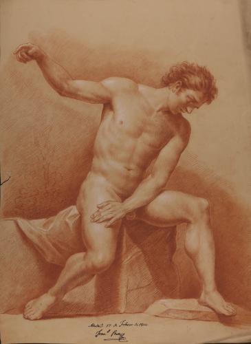 Estudio de modelo masculino desnudo sentado de frente con el brazo derecho alzado