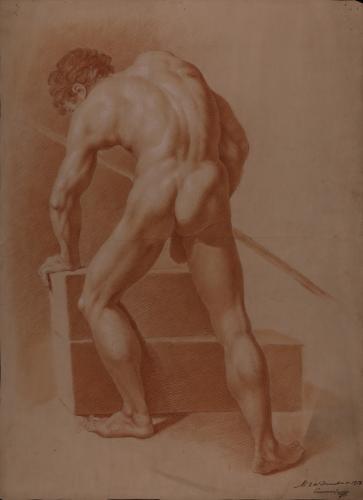 Estudio de modelo masculino desnudo de espaldas apoyado sobre su brazo izquierdo y con vara