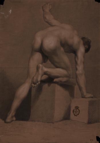 Estudio de modelo masculino desnudo de espaldas arrodillado sobre un cubo
