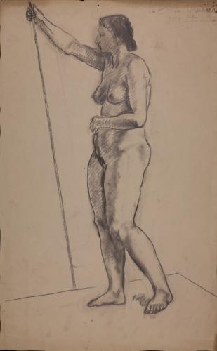 Estudio de modelo femenino desnudo de pie de perfil hacia la izquierda con vara