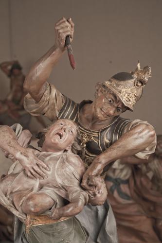 Soldado arrebatando a un niño de su madre