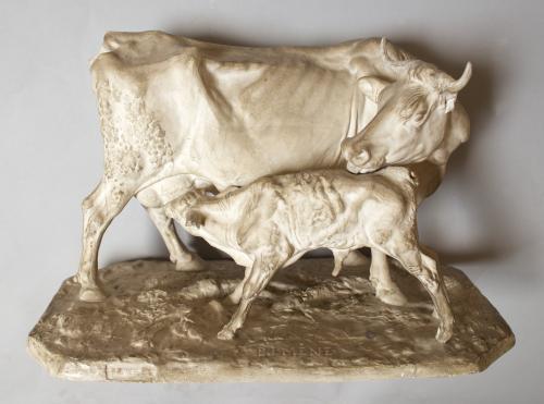 Vaca amamantando un ternero