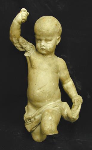 Niño tirando un dardo