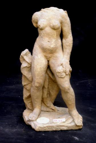 Figura femenina de pie (falta la cabeza)