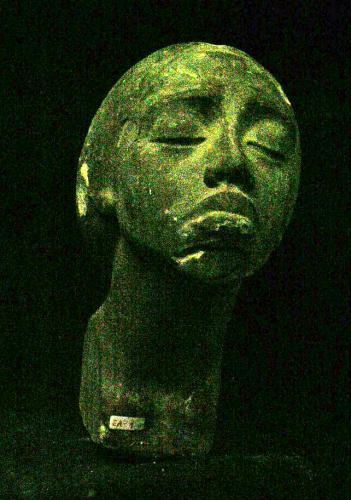 Cabeza femenina con rasgros negroides